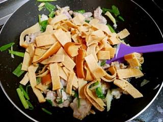 芹菜炒干豆腐,加干豆腐,炒匀