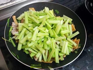 芹菜炒干豆腐,再加入芹菜炒至变熟