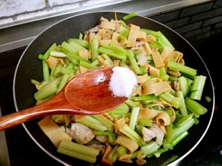 芹菜炒干豆腐,最后加盐,炒匀即可出锅