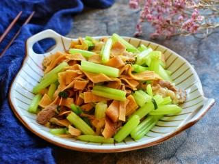 芹菜炒干豆腐,成品图