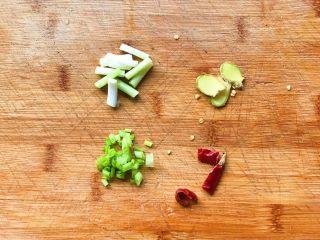 浓汤鲫鱼炖豆腐,葱、姜、辣椒切好