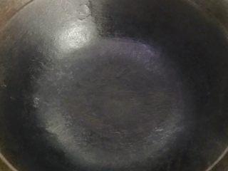浓汤鲫鱼炖豆腐,把锅烧热至冒烟,这样鱼就不会粘锅子