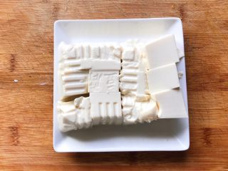 浓汤鲫鱼炖豆腐,切成大块备用