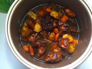 排骨焖饭,倒入炒好的排骨等食材,按煮饭键
