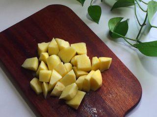 排骨焖饭,土豆削皮切块