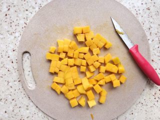 能量酸奶杯,芒果切块;