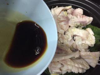 砂锅紫苏脆鲩鱼,均匀倒入酱料