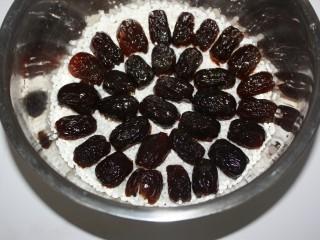 甑糕,然后均匀地码上一半蜜枣。