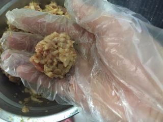 香煎藕饼,戴上一次性手套,抓一小团,大概30-40g一个