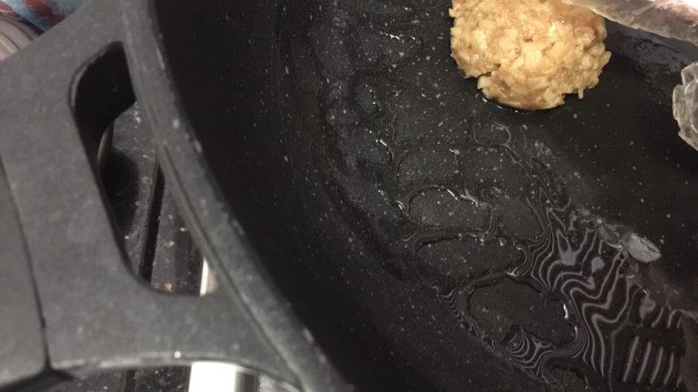 香煎藕饼,放锅里,轻轻用手压扁一下