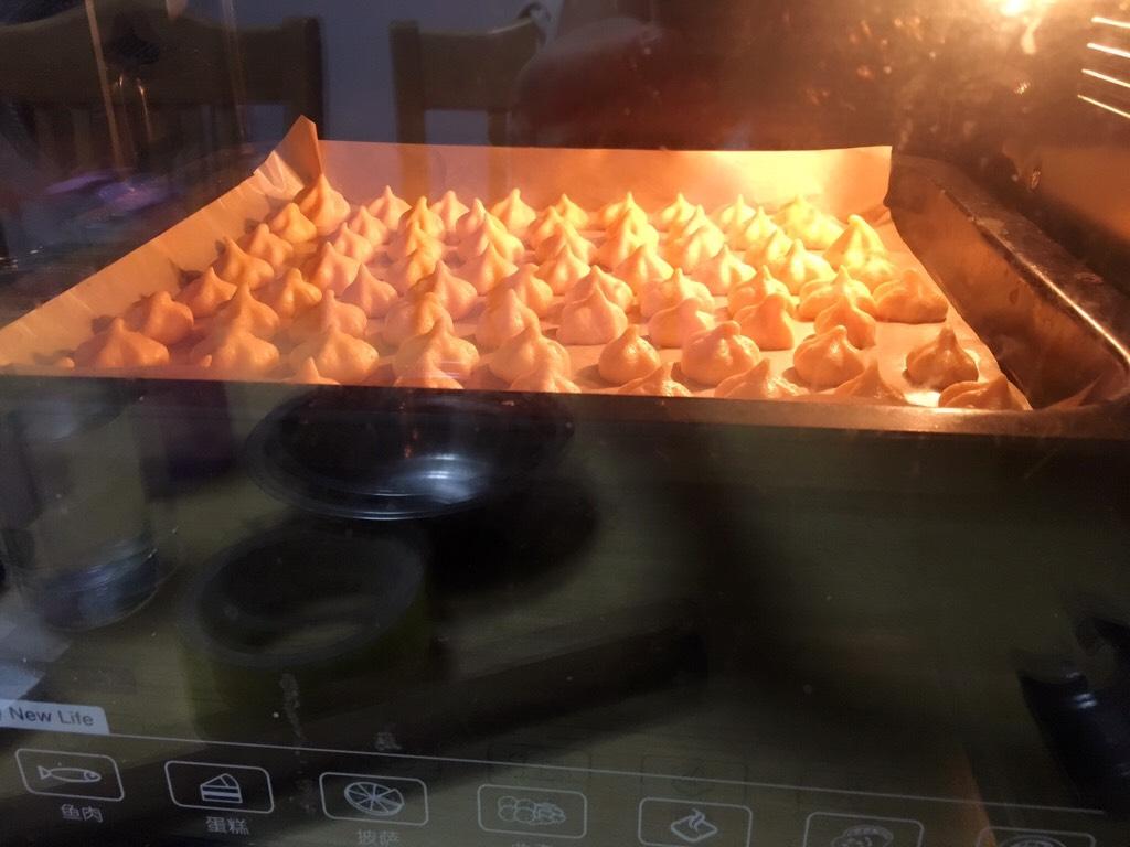 胡萝卜溶豆,烤箱预热,100度上下火59分钟左右;</p> <p>温度仅供参考;