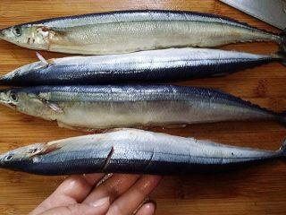 豆豉辣酱蒸秋刀鱼,秋刀鱼去内脏、头腮洗净、用刀在鱼身两面划开几刀便于入味