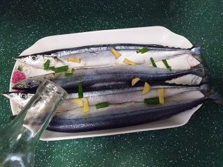 豆豉辣酱蒸秋刀鱼,放入盘中:加食盐、葱姜和料酒抹匀、腌制半小时左右后冲洗干净