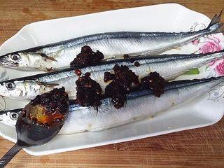 豆豉辣酱蒸秋刀鱼,调入3汤匙风味豆豉辣酱