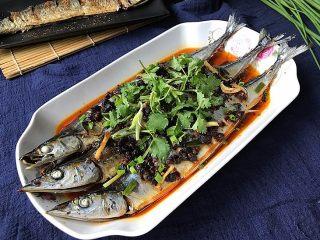 豆豉辣酱蒸秋刀鱼,最后再上些葱花和香菜提香