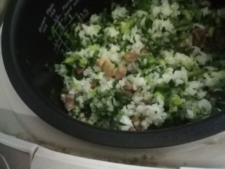 猪油咸肉香肠菜饭,到差不多还有一刻钟左右的时间时把青菜碎倒入锅里。(也可以青菜稍微煸炒后加入)