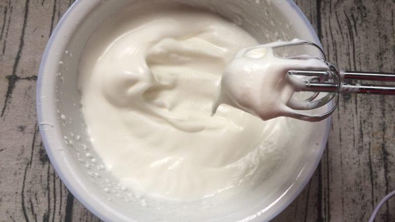 酸奶起司蛋糕,把蛋清打发成提起打发器成小尖尖状态,
