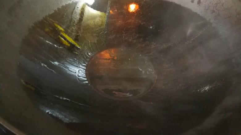 清蒸多宝鱼,锅中烧热,倒油,油烧辣后关火。