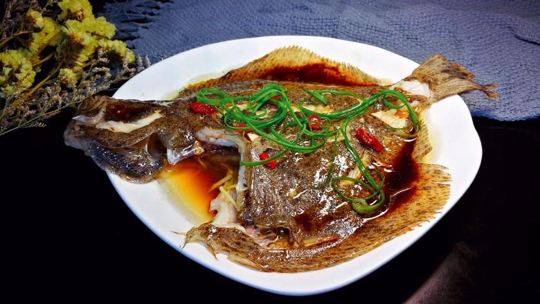 清蒸多宝鱼,热油趁热均匀淋在多宝鱼身上。然后撒上葱丝即可。