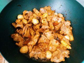 家庭版麻辣香锅,倒入豆瓣酱和麻辣香锅料翻炒