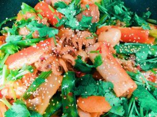 家庭版麻辣香锅,倒入剩下的食材翻炒均匀,加盐糖蚝油调味,撒上芝麻和香菜,出锅~