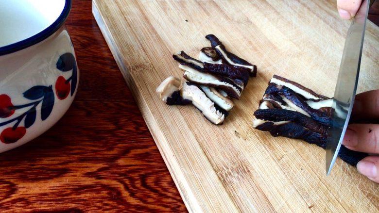 爆炒素鳝丝,切成鳝鱼形状的长断