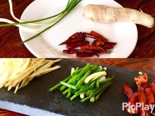 爆炒素鳝丝,葱切段 姜切丝