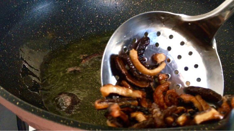 爆炒素鳝丝,油温上升7成热复炸 香菇丝至金黄色捞出控油
