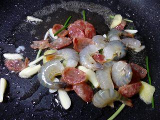 炒三鲜,加入清理过的虾。