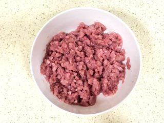 超级鲜美无敌肉丸靓汤,顺时针方向打圈搅拌,使蛋清完全搅拌进肉糜中,揉合为一,看不出液体,再进行下一步的搅拌