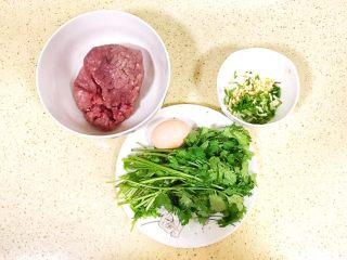 超级鲜美无敌肉丸靓汤,准备肉馅儿主要食材:精瘦肉、鸡蛋、香菜和葱姜末