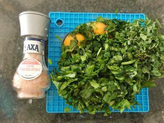 三文鱼奶酪菠菜蛋卷,加入喜马拉雅粉盐(没有也可以用一般的盐),