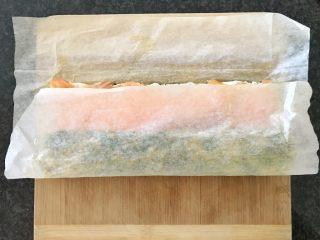 三文鱼奶酪菠菜蛋卷,用烤纸往上卷,就像寿司卷一样,