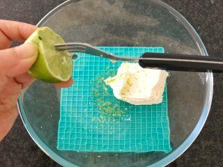 三文鱼奶酪菠菜蛋卷,再挤入半个柠檬汁,