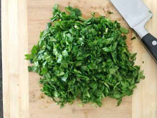 三文鱼奶酪菠菜蛋卷,先将小菠菜切碎,