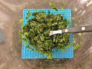 三文鱼奶酪菠菜蛋卷,搅拌均匀备用。