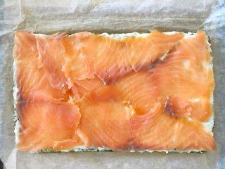 三文鱼奶酪菠菜蛋卷,再铺上烟熏三文鱼,