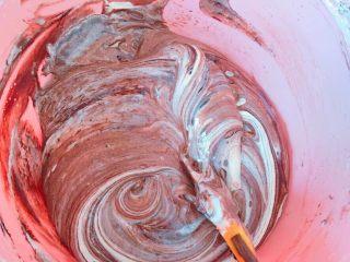 草莓奶冻可可蛋糕杯,最后加入可可糊,翻拌均匀