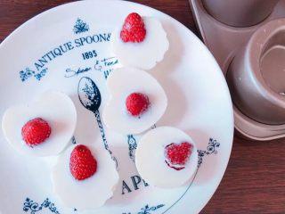 草莓奶冻可可蛋糕杯,凝固后,小心取出备用