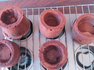 草莓奶冻可可蛋糕杯,取出趁热脱模