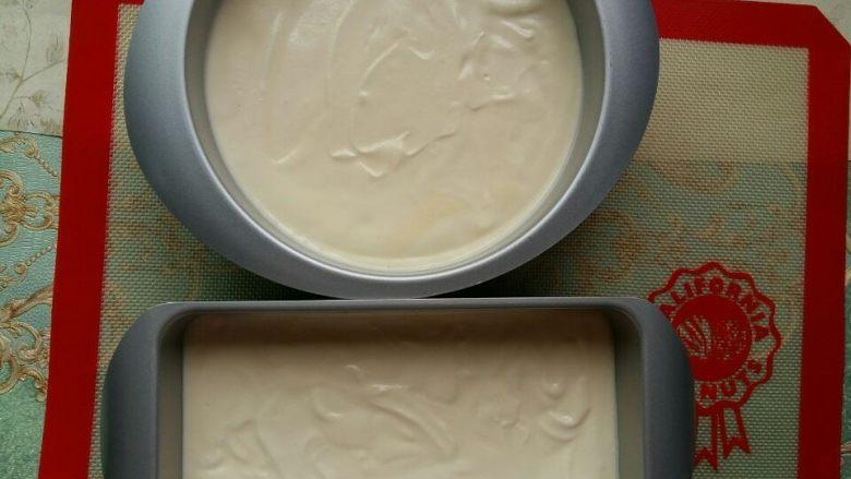 入口即化的棉花蛋糕,我用了两个模具,分别倒入面糊。从上往下震两下震出气泡。
