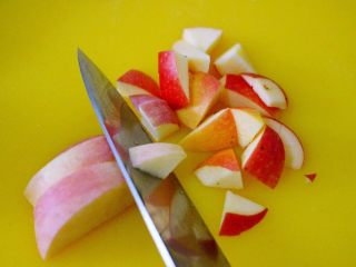 一碗汤+苹果百合酒酿蛋花羹,苹果提前用食用小苏打水浸泡5分钟左右洗净、用刀切成小块、苹果皮不要去掉哟、因为苹果皮对治疗便秘很有效果哟