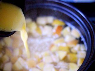一碗汤+苹果百合酒酿蛋花羹,慢慢倒入打散的鸡蛋液