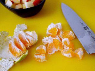 一碗汤+苹果百合酒酿蛋花羹,桔子扒出肉来用刀一切两半