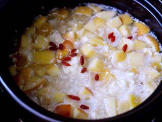一碗汤+苹果百合酒酿蛋花羹,中火继续炖煮1分钟即可关火