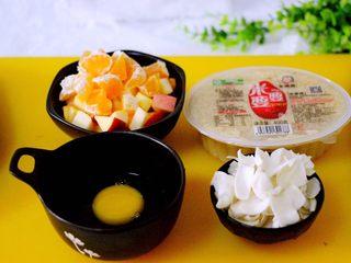 一碗汤+苹果百合酒酿蛋花羹,鸡蛋打散在碗里、新鲜百合摘选干净备用