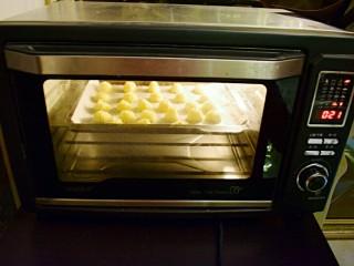 奶油曲奇,烤箱160度,烤25分钟左右,注意观察颜色,曲奇变金黄即可
