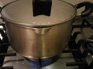 清蒸大闸蟹,放入蒸锅盖好盖子锅烧开关火。