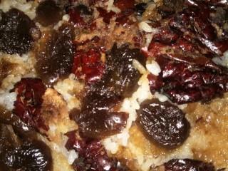 甑糕,出锅用小刀把上面的一层枣推开成泥  享用.......吃不完可以放冷藏 吃的时候微波炉打一下或者再上汽蒸透
