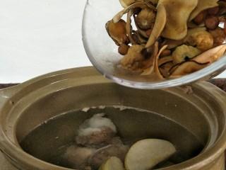 #一碗汤#清燥润肺汤,除百合外倒入其它的材料